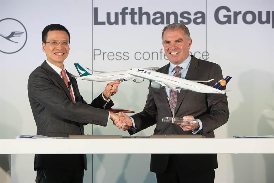 左起國泰航空行政總裁朱國樑及漢莎航空集團執行委員會主席兼首席執行官卡斯滕·施波爾簽訂合作協議。圖:國泰提供