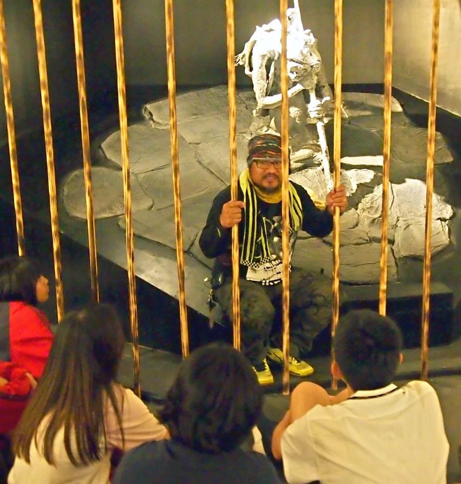 魯凱族畫家杜寒菘舉辦20場巡迴說故事,邀請學生到文化處繪本展場參觀,他也親自到雕塑作品中說故事及說明創作理念。(潘建志攝)