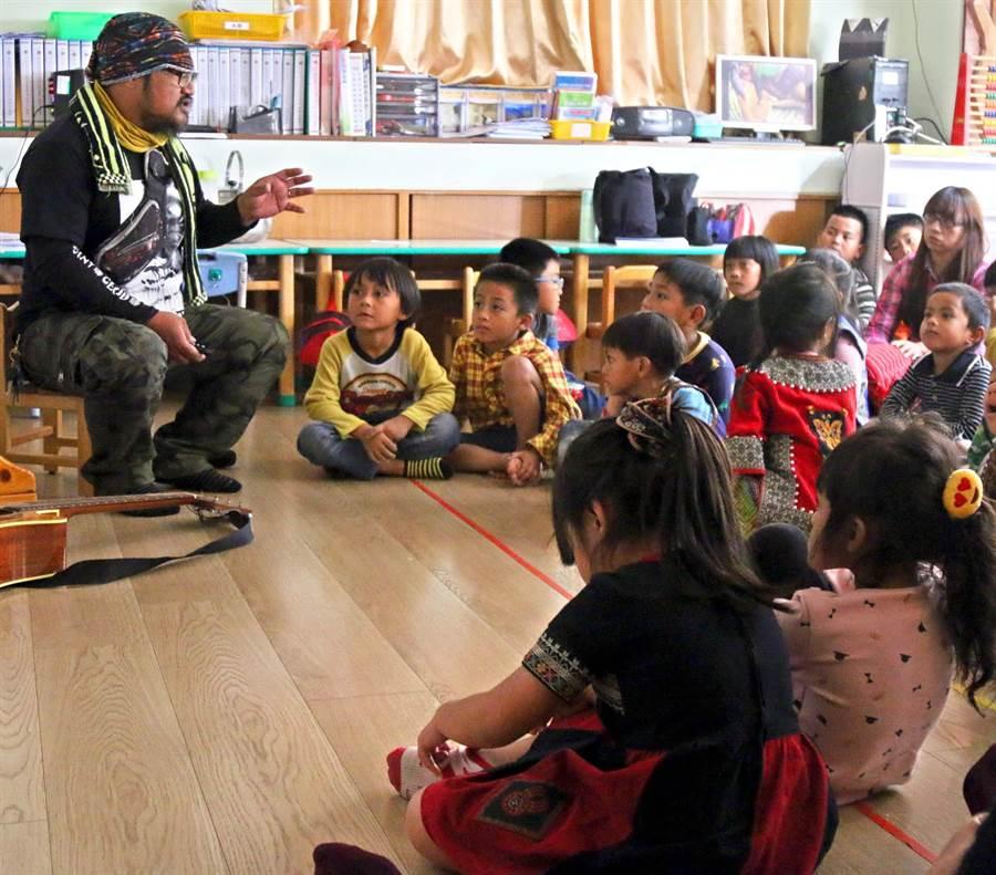 魯凱族畫家杜寒菘舉辦20場巡迴說故事,帶著繪本到原鄉學校說故事,讓更多孩子了解原住民文化。(潘建志攝)