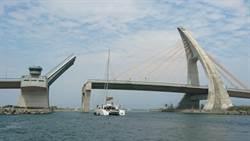 全台第2大雙船體帆船駛進大鵬灣 鵬灣橋大展翅