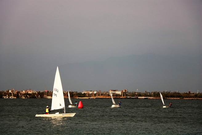 大鵬灣內6日有許多小型帆船在為即將登場的比賽做集訓。(謝佳潾攝)