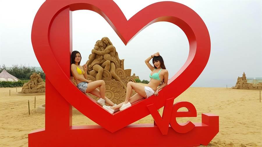 「金沙奇緣-藍灣框外藝術季」活動,9日將於藍灣海濱休憩園區登場。圖為在海邊戲水的女子,與沙雕及裝置藝術合照畫面。(曾百村攝)