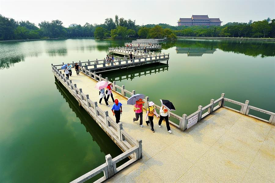 澄清湖堪稱台灣西湖,高雄市民享有免費入園福利。(柯宗緯翻攝)