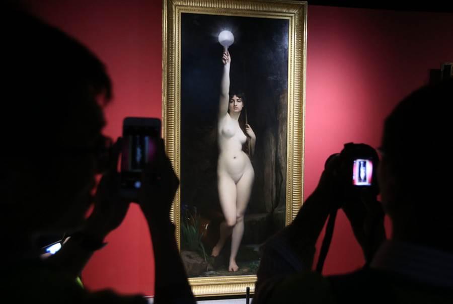 為紀念法國最具代表性博物館之一的「奧塞美術館」建館30週年,國立故宮博物院舉辦「印象.左岸–奧塞美術館30週年大展」。圖為參觀者欣賞畫家勒費弗爾的「真理」。(圖/中央社)