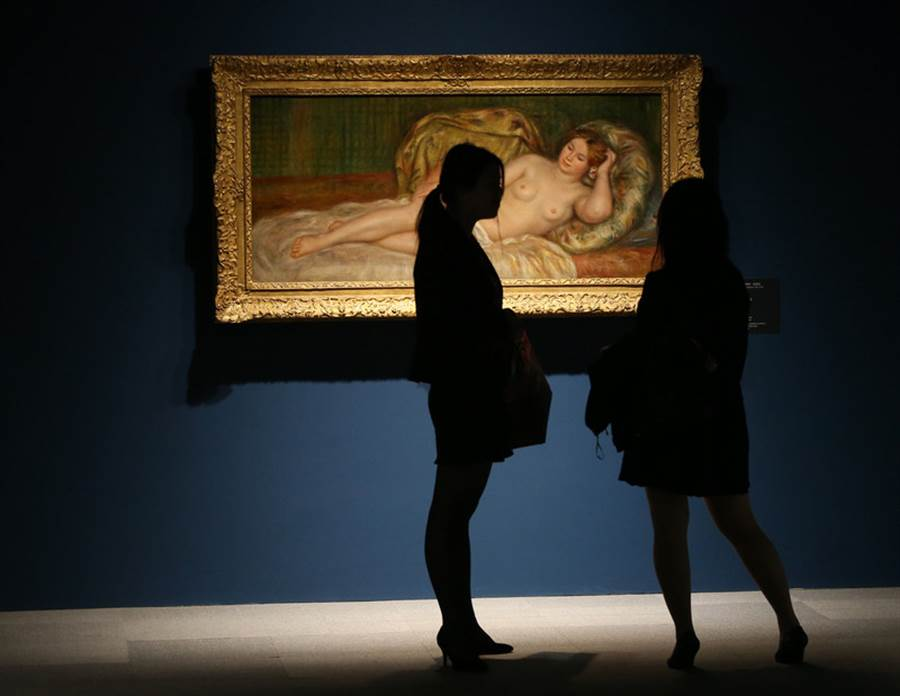 圖為參觀者欣賞畫家雷諾瓦的「大裸女圖」。(圖/中央社)