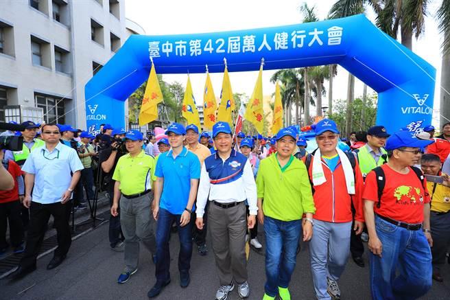 第42屆萬人健行大會熱鬧登場,市長林佳龍等人,帶領大家一起走出健康的第一步。(陳世宗攝)