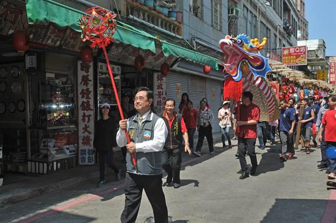副縣長吳成典(前)帶領陣頭遊街,宣布展開為期一個月的迎城隍活動。(李金生攝)