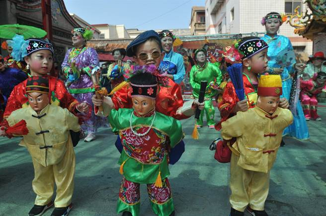 「公背婆」傳統民俗表演,十分討喜有趣。(李金生攝)