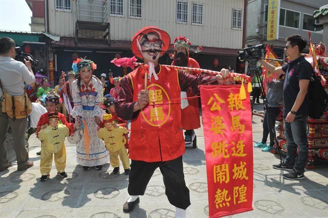 逗趣打扮的「報馬仔」帶來迎城隍揭開序幕的好消息。(李金生攝)