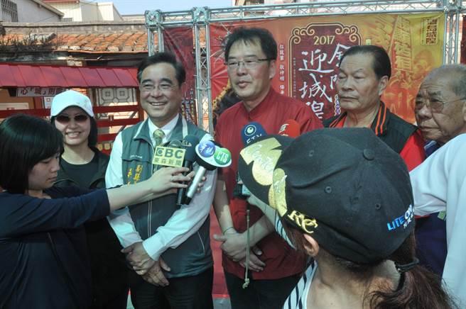 金城鎮長石兆瑉邀請鄉親、遊客一起見證迎城隍的盛況。(李金生攝)