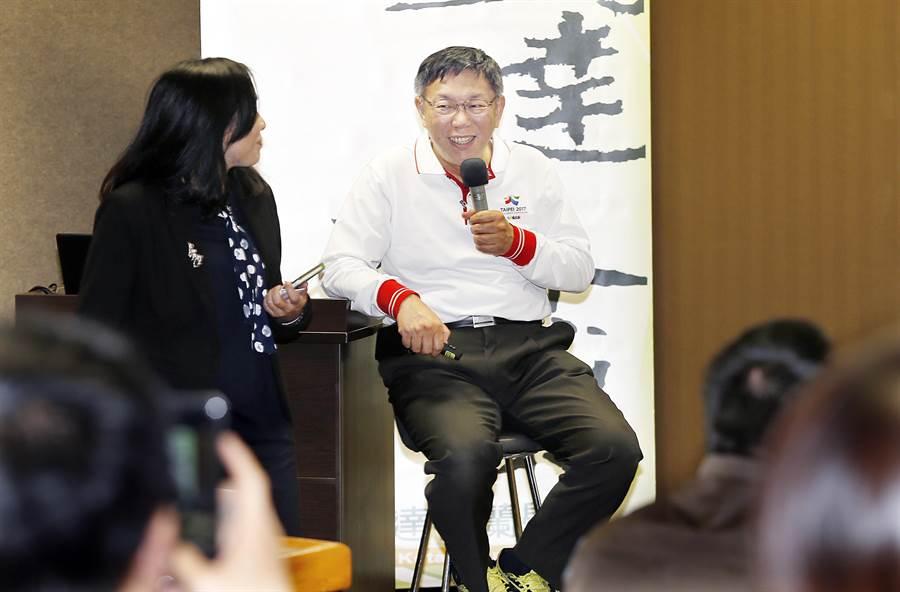 台北市長柯文哲8日出席凱達格蘭學校活動並以「改變從台北開始」為題演講,有鑑於前一天試跑活動跌倒引爆話題,柯文哲一開場便自我解嘲「我坐著好了,比較不會跌倒」。(姚志平攝)
