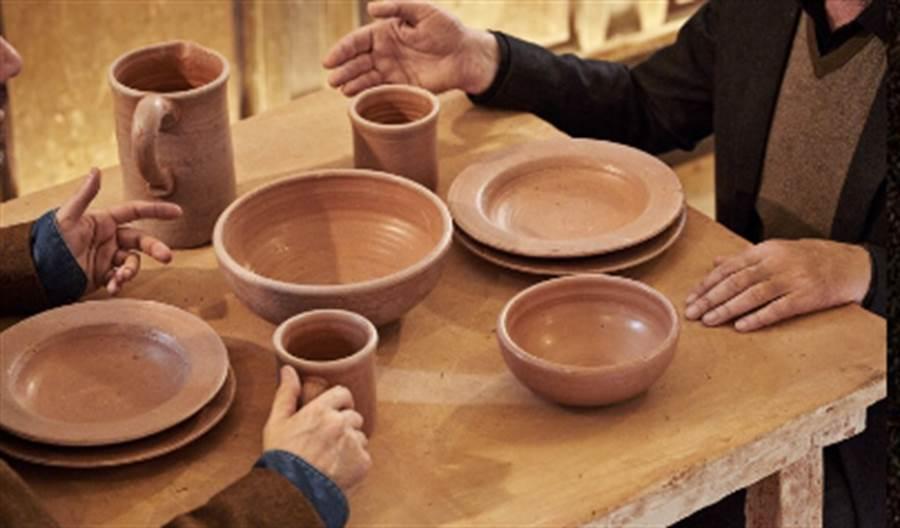餐碗、杯盤皆是利用糞便混合泥土而成的(圖/截取自IG-@theshitmuseum)