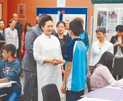彭麗媛訪美中學 巧遇華裔學生