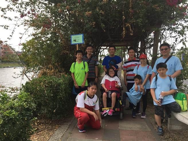 台江社大邀請8所學校師生參加山海圳綠道走遊,有父親帶著腦麻女兒也來參加,體驗一場環境教育。(程炳璋攝)