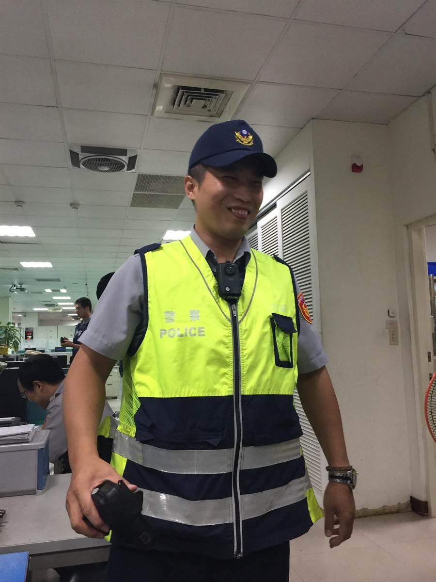中市第二警分局永興派出所警員曾「志忠」,抓到通緝犯「志忠」。(陳淑芬翻攝)