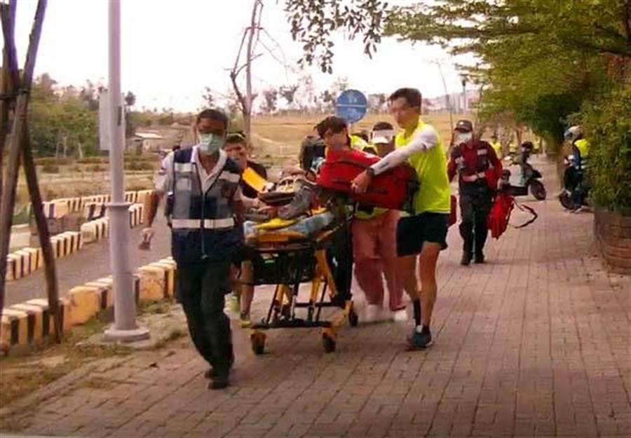 張姓男子參加路跑昏倒,救護人員趕緊將他送醫。(曹明正翻攝)