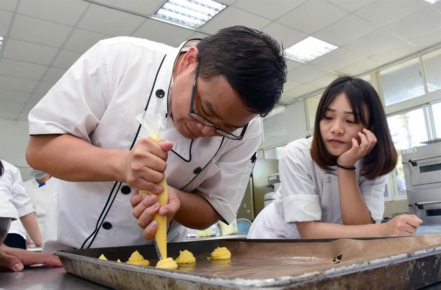 中年轉業的胡勝耀,現在是公東高工的烘培老師(莊哲權攝)