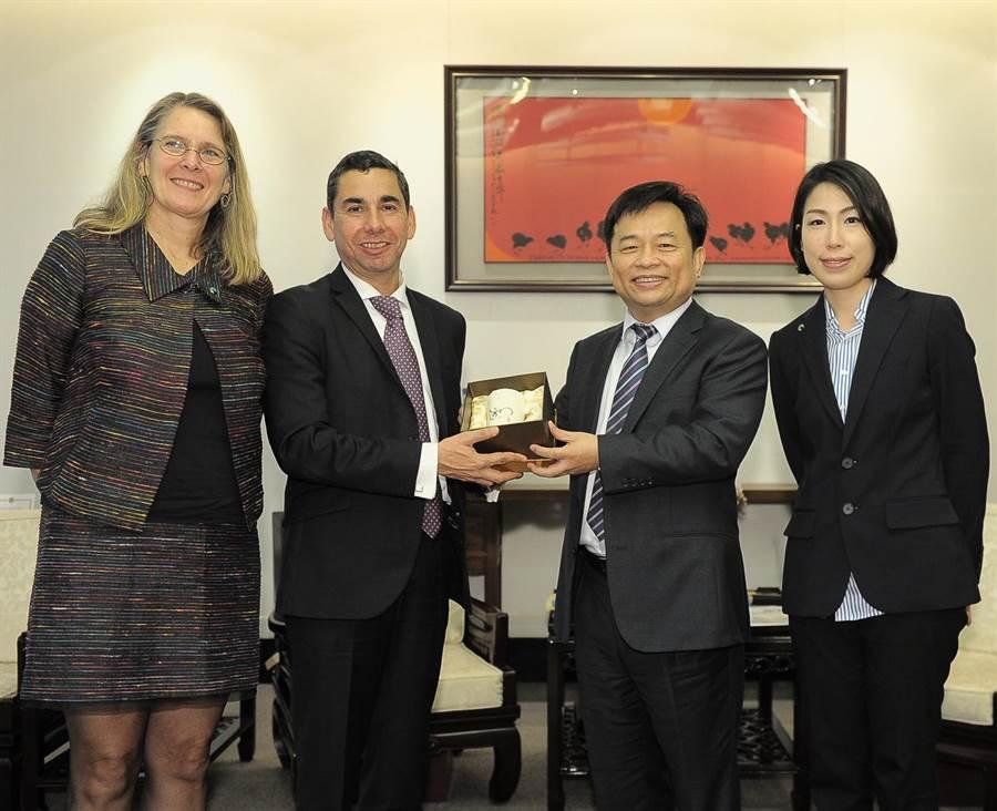 行政院副院長林錫耀接見國際公平貿易組織執行長索托一行。(呂雪彗攝)
