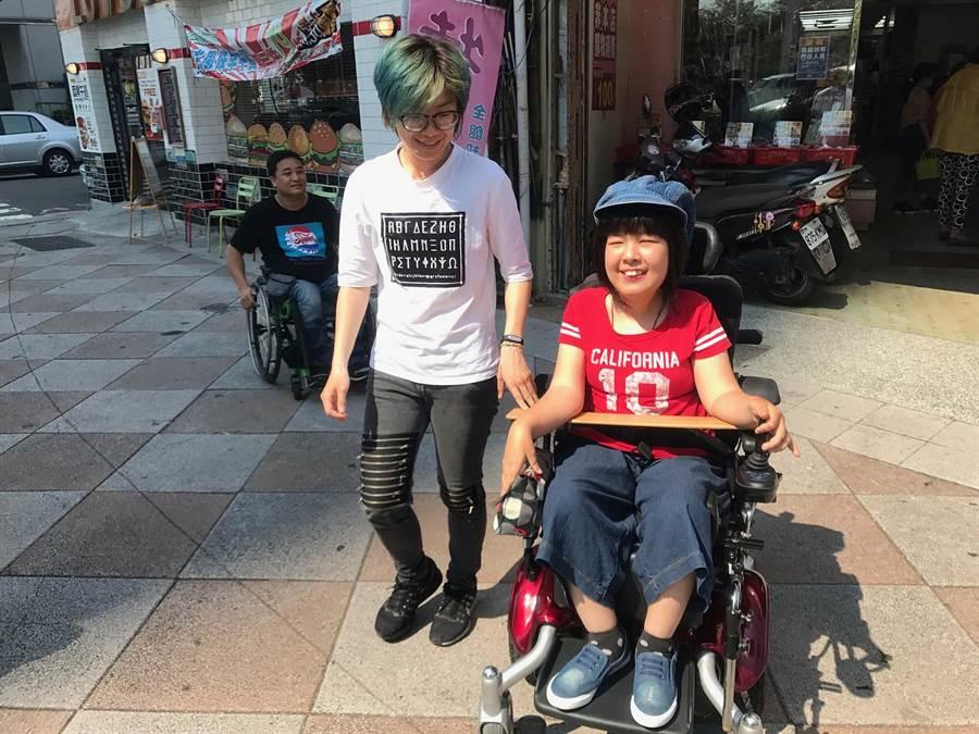 街頭藝人阿真(右)罹患先天性肌肉萎縮症,申請社會局個人助理方案,幫助她生活自立。(柯宗緯攝)