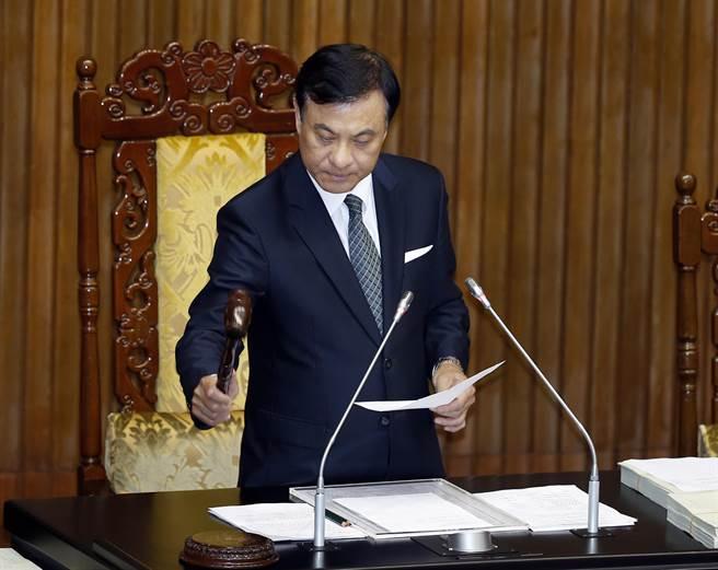 立法院長蘇嘉全11日敲槌後三讀通過「動物保護法」修正草案。(姚志平攝)
