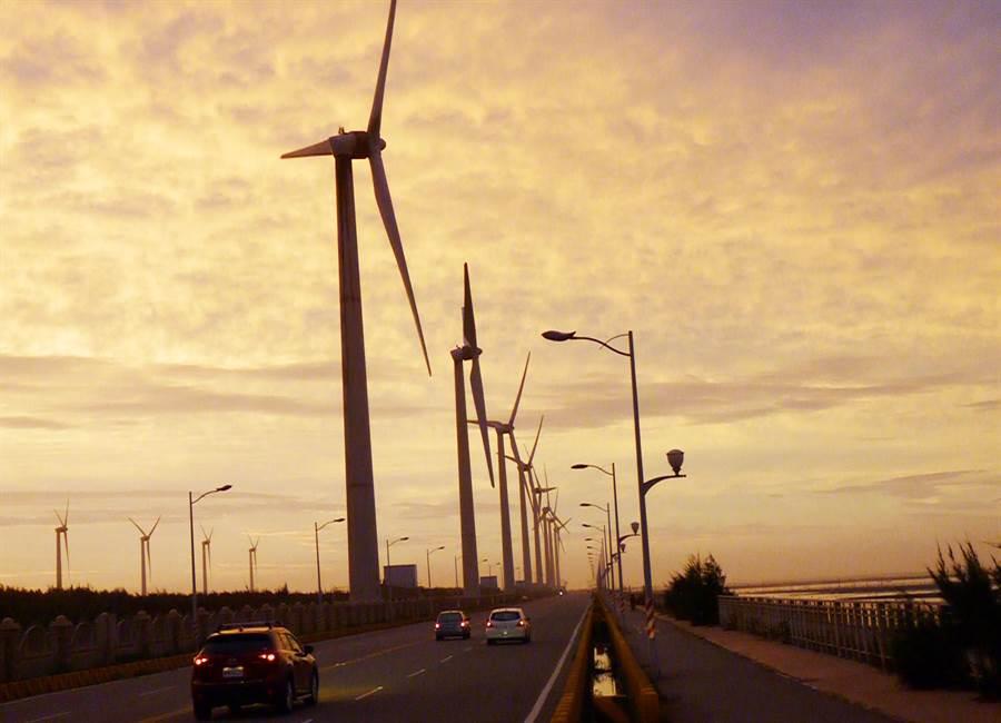 台中港務分公司配合離岸風電政策,將提供100公頃土地及投入工程建設費用25億元,作為國產化風機零組件產業專區!(陳世宗攝)