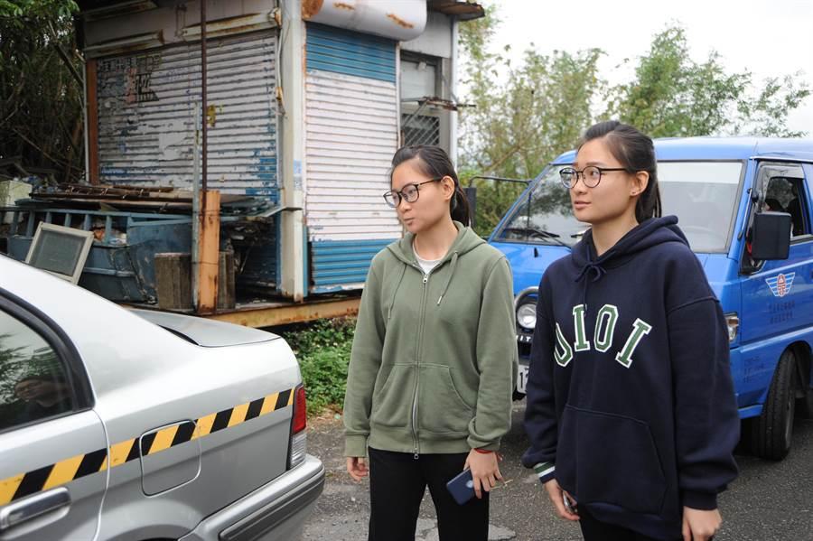 新竹監理所在駕訓班辦道路駕駛考驗觀摩,雙胞胎姊妹劉釉齊(左)與劉祐潔參與活動,雖未通過道考,仍以場考拿回新駕照。(陳慶居攝)
