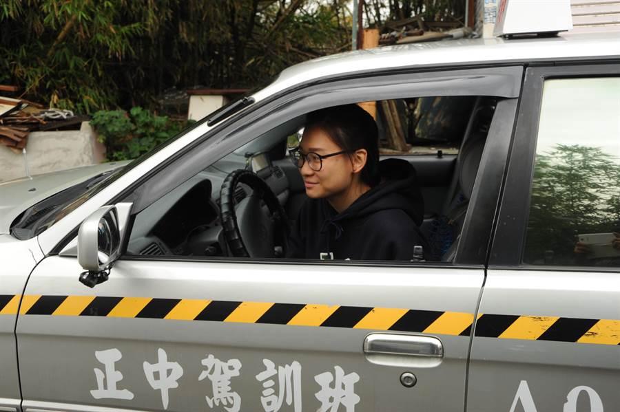 道路駕駛考驗5月上路,包括2段式開車門和檢查車輛等要領。(陳慶居攝)
