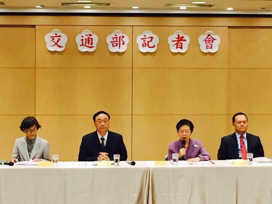 外交部、交通部下午舉行聯席記者會,外交部領務局長陳華玉(右2)宣布多項「新南向政策」相關國家的放寬簽證措施。(觀光局提供)