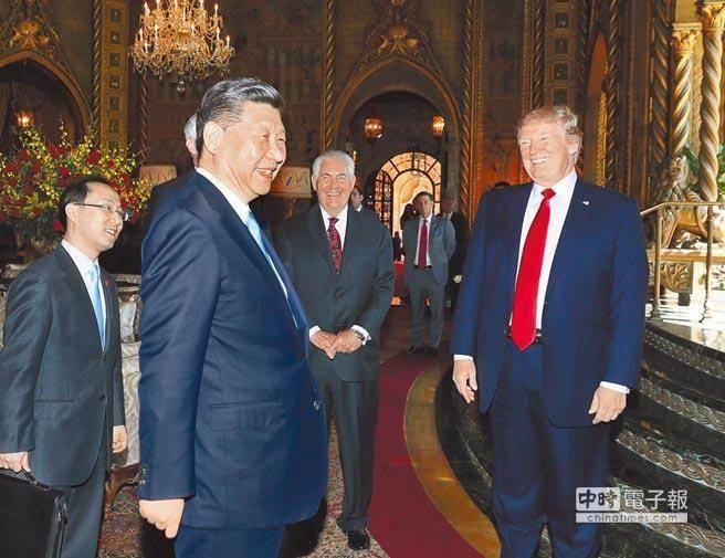 4月7日,大陸國家主席習近平(左二)與美國總統川普(右一)在佛羅里達州海湖莊園正式會晤。(圖/新華社)