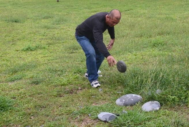 陳文連將變質砂岩重重的砸在石砧板上,順利的取得一片石製刀片。(黃力勉攝)