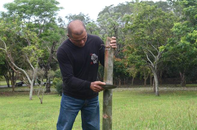 石刀片可以切割竹子,並留下深深的刮痕。(黃力勉攝)