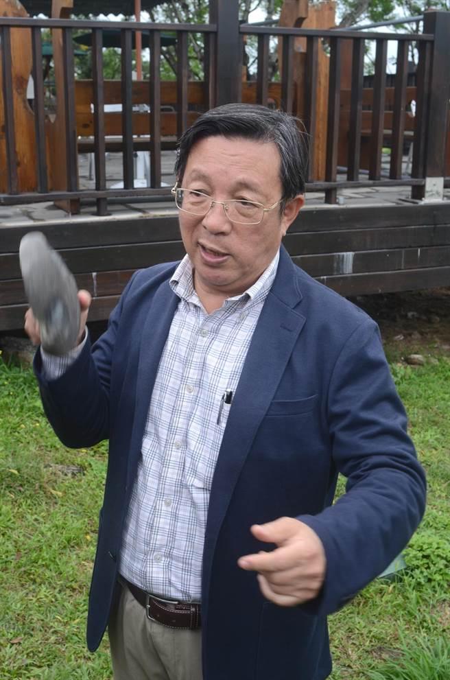 臧振華表示,利用摔砸的石器刀具,用來切割竹子不成問題。(黃力勉攝)