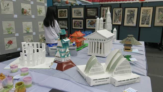 員林市第18屆美術設計聯展今天登場,明倫國中美術班的紙雕建築十分吸睛。(謝瓊雲攝)