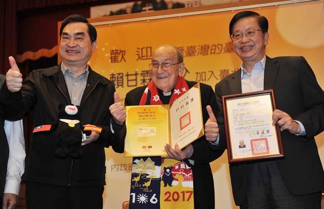 內政部次長邱昌嶽(右)與台北市政府副市長鄧家基(左)13日頒發歸化國籍許可證書與身分證給賴甘霖神父(中),感謝他長年來無私地對台灣的貢獻。(劉宗龍攝)