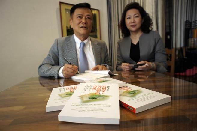 康健診所院長楊榮強(左)邀集抗老化權威一起出書,揭開破解老化的秘密。(馮惠宜攝)