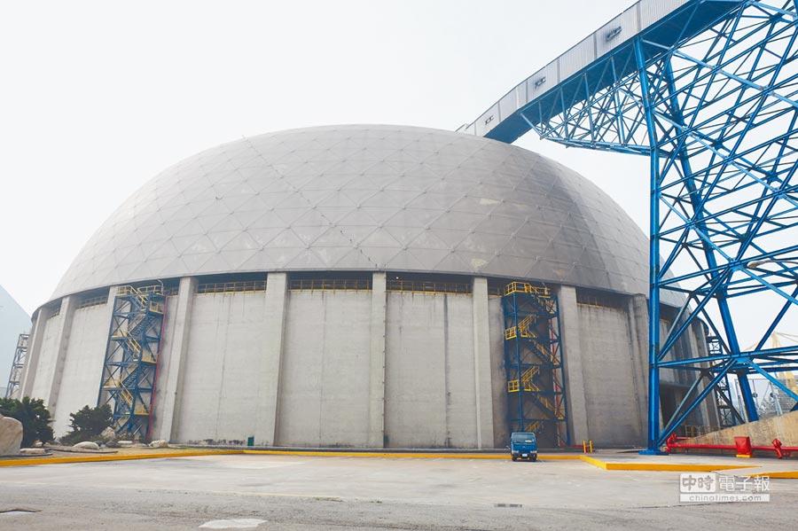台塑石化將投入10億元增設防汙設備。圖為六輕煤倉採封閉式減少汙染。(張朝欣攝)
