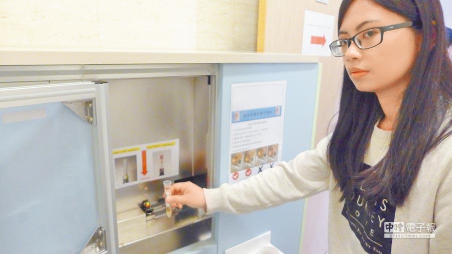 亞大醫院首創「自動化系統檢體分類工作站」,將試管放置入收檢箱內,即可自動輸送至檢驗機台。(林欣儀攝)