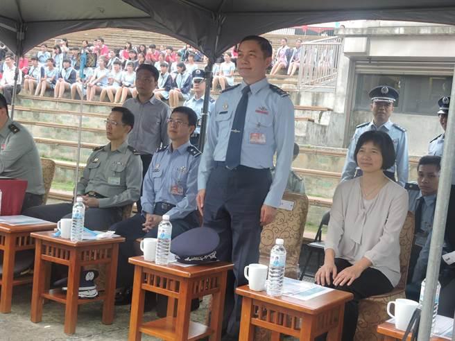 國防部空軍司令上將沈一鳴(右二)現場鼓勵青年加入空軍。(張妍溱攝)