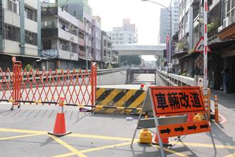 指示牌加大 加寬 加數量 中市東山路地下道封閉施工