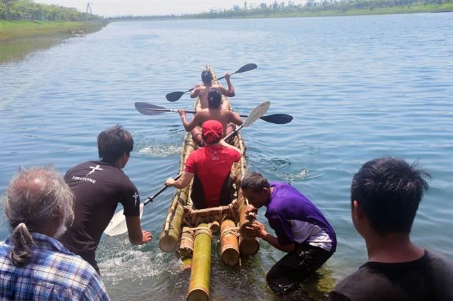 肩負舊石器時代航海實驗的竹筏,今天在活水湖展開試划。(莊哲權攝 )