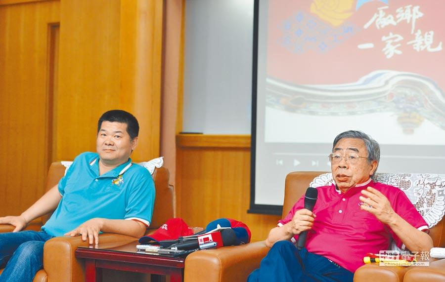 台塑總裁王文淵(右)與麥寮鄉長許忠富(左)舉行記者會,說明六輕帶給麥寮的繁榮與人口的正成長。 (洪錫龍攝)
