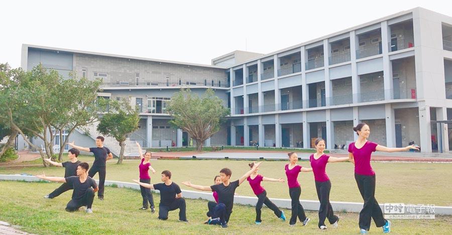 台塑集團捐建雲林縣內18所學校校舍,其中水林蔦松國中是全國第一所公辦民營藝術學校,新校舍(後方)完成後,讓音樂、舞蹈才藝學習大躍升。(許素惠攝)