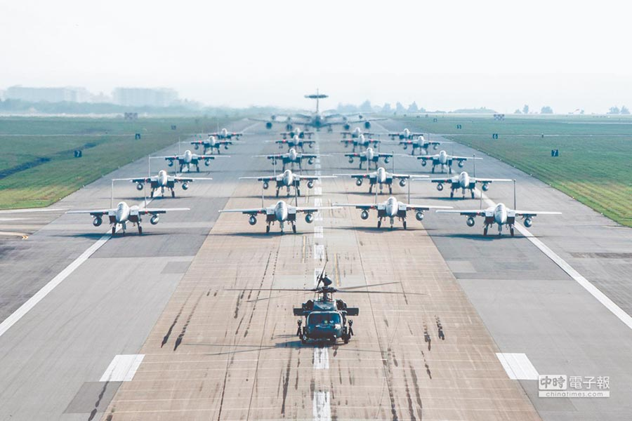 日本嘉手納基地所呈現的堅強空軍戰鬥力。(取自推特)