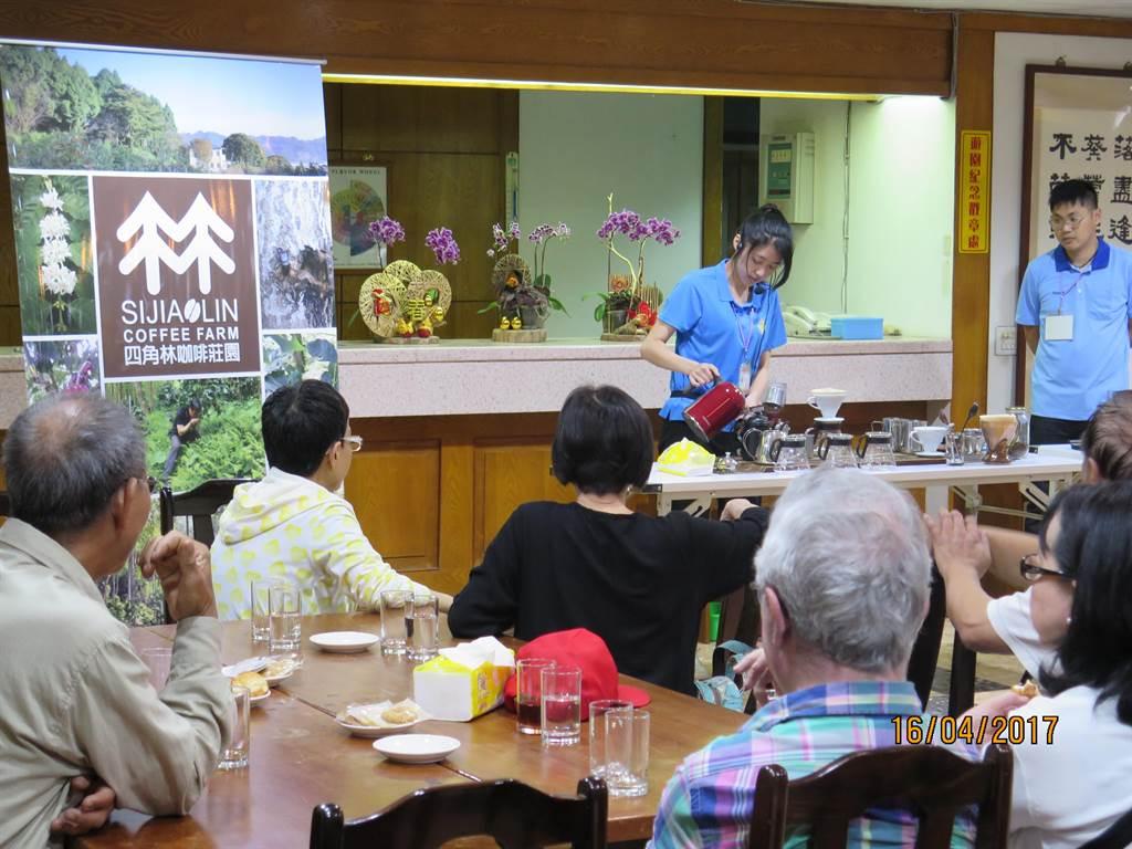 四角林場舉辦「喝咖啡.賞螢趣」活動,邀請遊客品嘗手沖咖啡,夜訪「螢」河美景。(台中市農會提供)