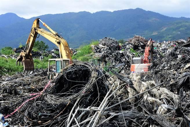 尼伯特颱風造成的2萬多噸農業廢材,迄今仍堆置在建農掩埋場。(莊哲權攝)