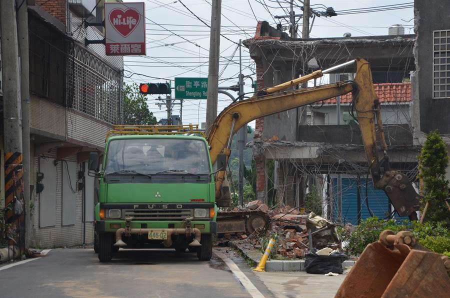 桃園市龍潭區聖亭、乾成路口將進行拓寬,17日進行民宅拆除作業,未來4米寬的道路將拓寬成8米。(賴佑維攝)