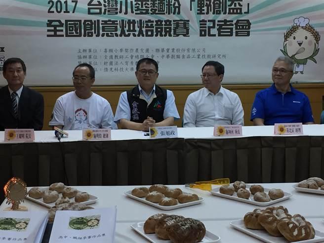 全教總、喜願小麥契作農友團及聯華實業公司,宣布「2017台灣小麥麵粉野創盃創業烘焙競賽」起跑。(林志成攝)