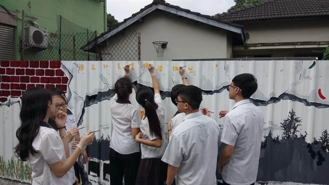 國立和美實驗學校師生,以在地文化進程到懷舊建築為彩繪主題,為單調的鐵皮圍籬賦予新生命。(謝瓊雲翻攝)