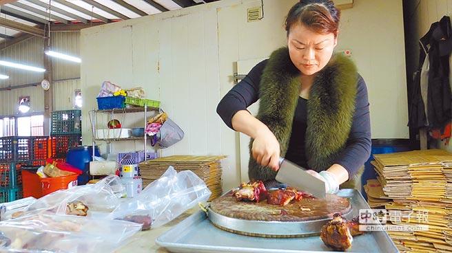 萬碧霞創建萬家香萬巒豬腳品牌,堅持當天現做現滷、新鮮熱賣。(特約記者談曉泉攝)