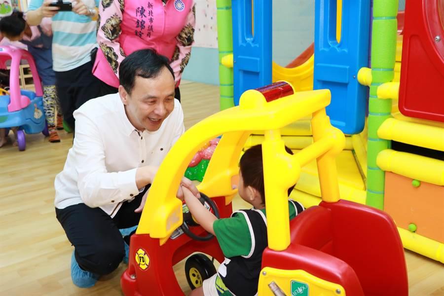 新北市公共托育合作聯盟正式上路,新北市長朱立倫(左)出席與孩童互動。(葉書宏攝)
